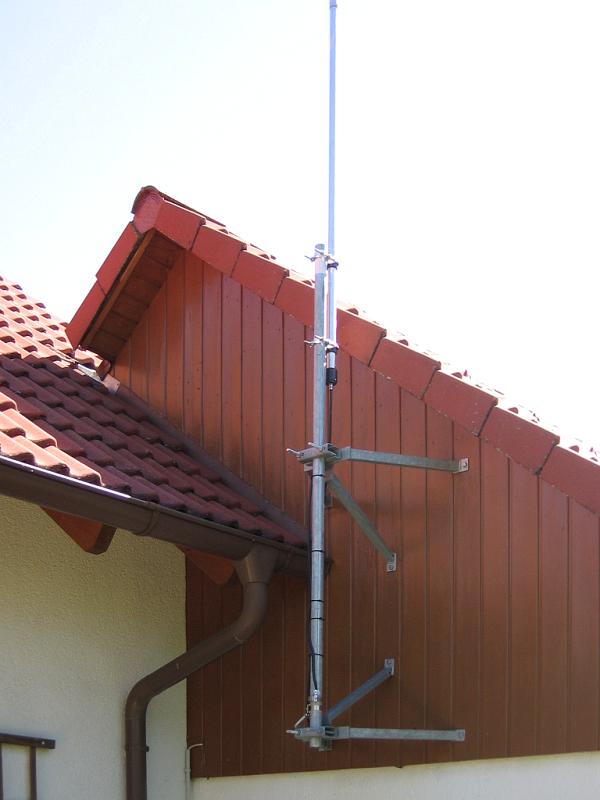 Vertikalantenne WG-1 von Grundmann. Im Fußpunkt der Antenne befindet sich ein UNUN (1:9)