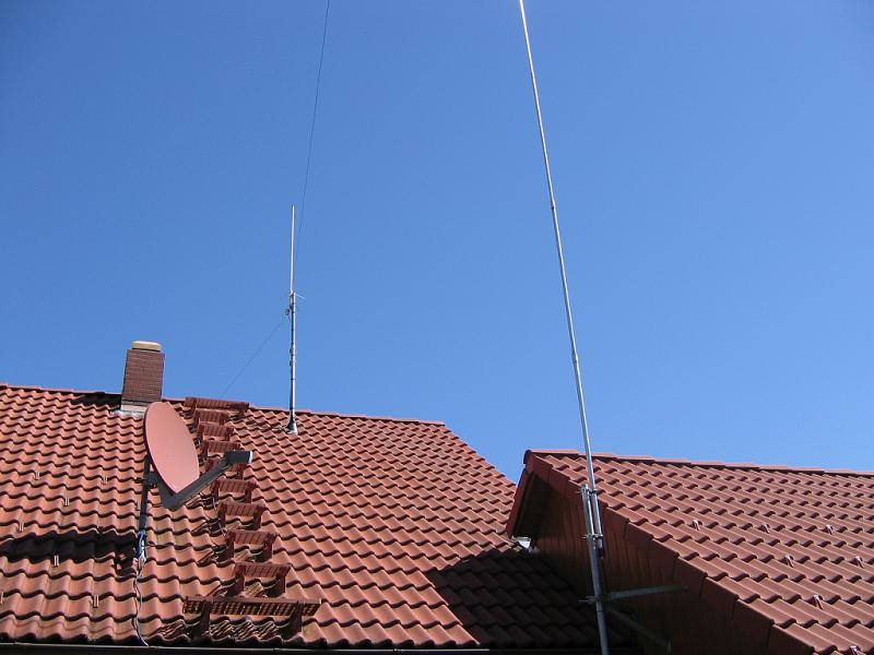 Auf dem Hausdach wurde ein Dachsparrenhalter ZAS 41 von Kathrein montiert und mit einem zusätzlichen Mastrohr verlängert. Daran befindet sich die Diamond X-50, sowie die Einspeisung der Inverted-V.